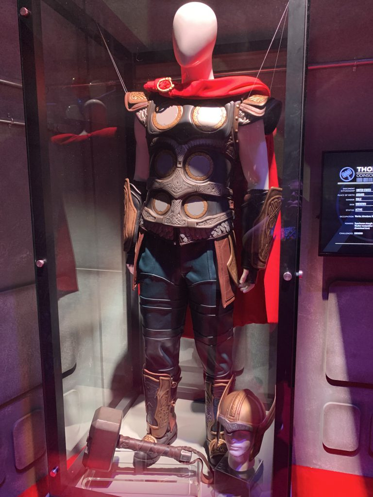 Thors Kostüm inklusive Helm und Hammer.