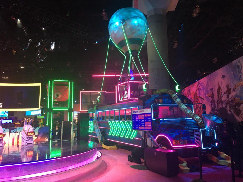 Der Bus aus Fortnite. Ebenfalls in Neon-Farben gehalten.