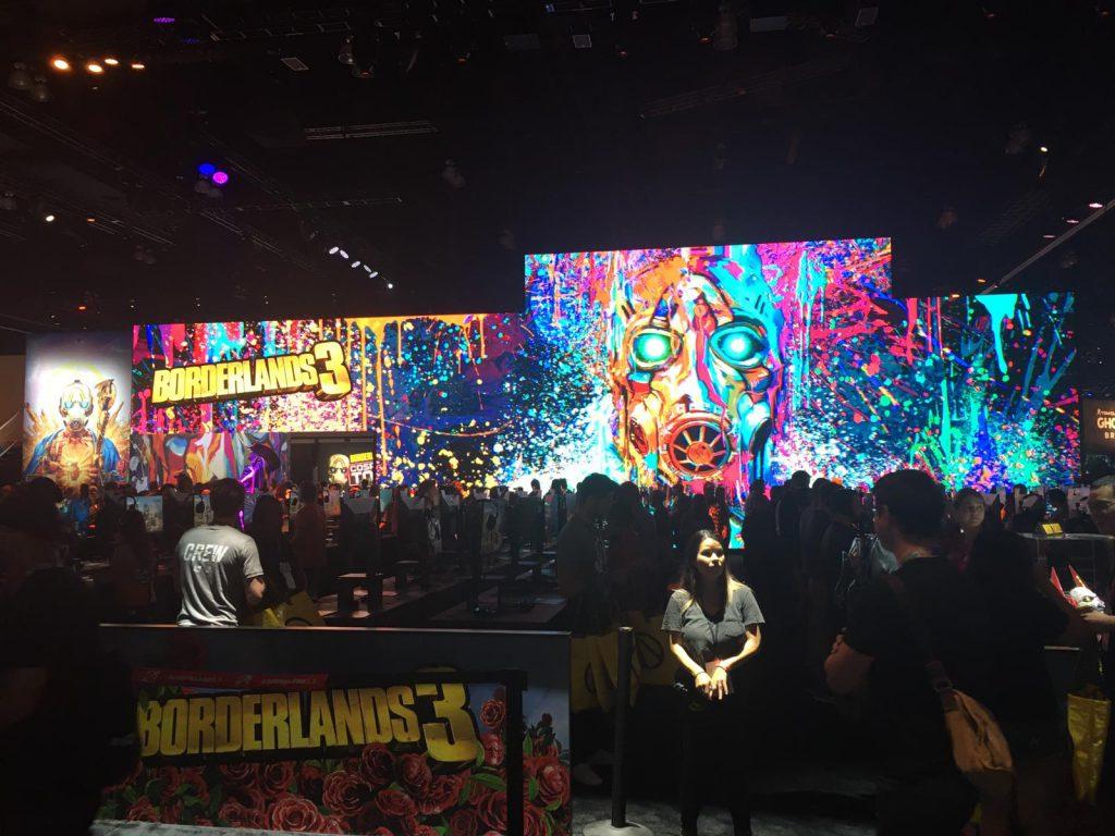 Der Stand von Borderlands ist in knallbunten Neon-Farben dekoriert.