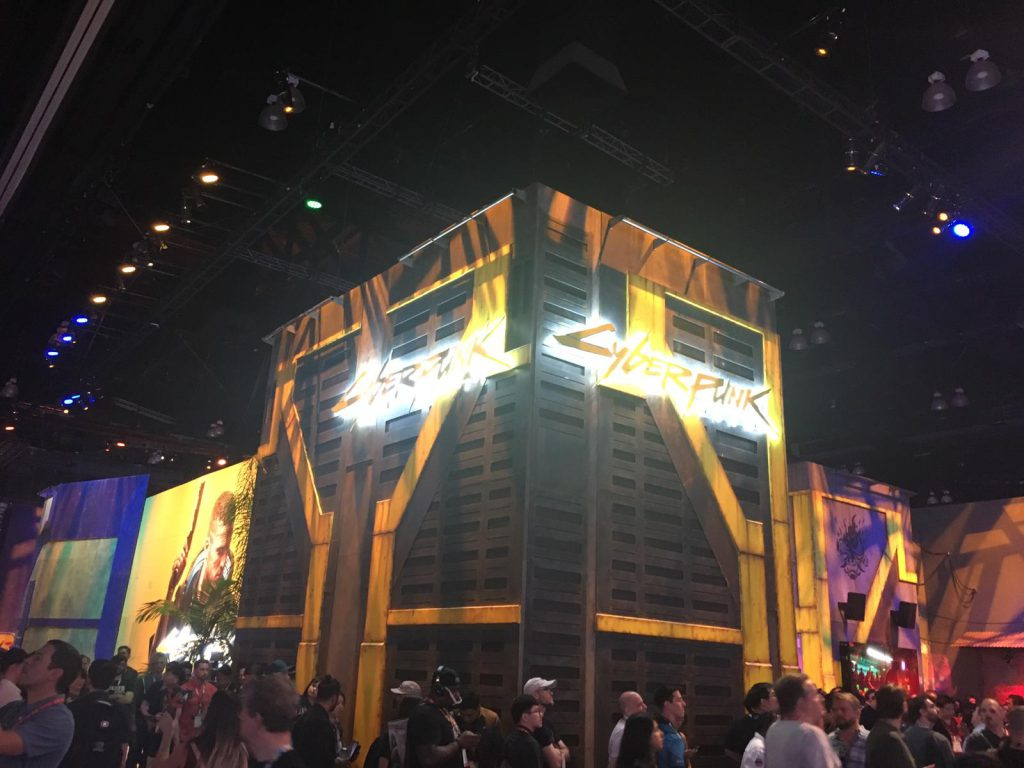Der Stand von Cyberpunk 2077. Er ist in gelb und weißen Neon-Röhren gestaltet.