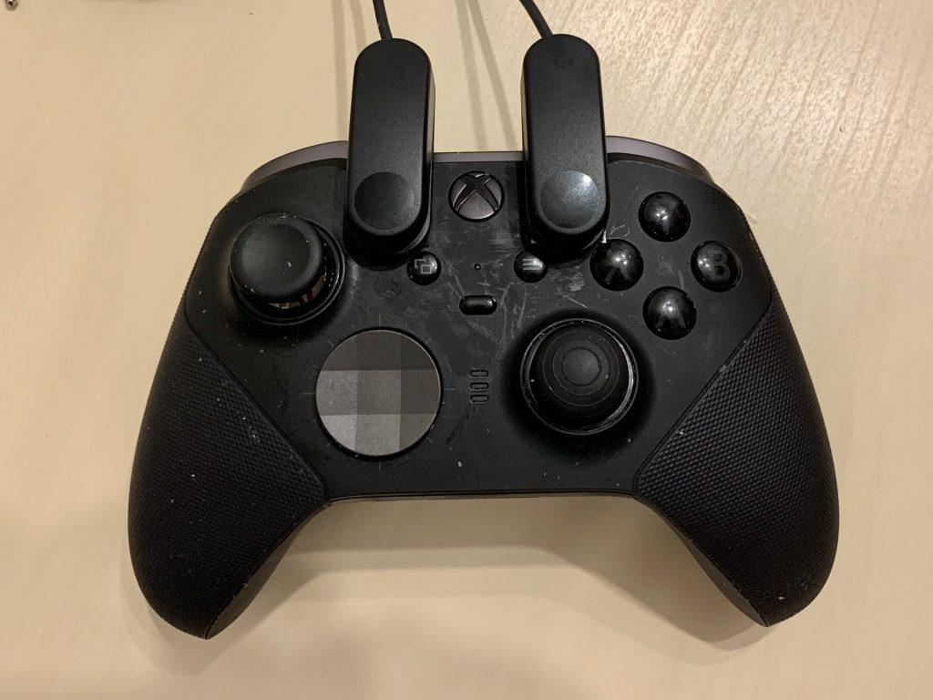 Auf meinem Xbox Elite Controller sind zwei der kleinen Logitech-Knöpfe mit Klett angebracht.