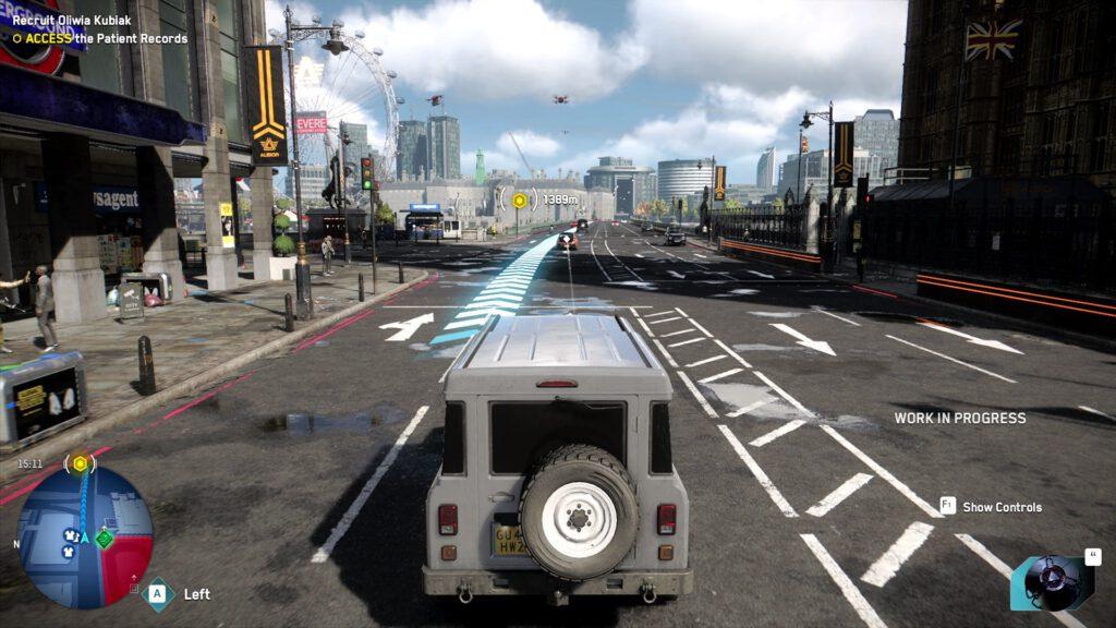 """Ein weißer Transporter folgt der Straße. Links ist eine Underground-Haltestelle zu sehen, rechts eine """"Union Jack""""-Flagge. Am Horizont ist das Riesenrad """"London Eye"""" zu sehen."""