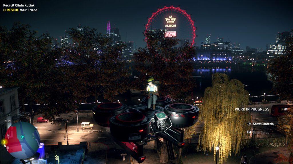 """Eine Bauarbeiterin hockt auf einer Transportdrohne und schwebt mehrere Meter über dem Boden. Im Hintergrund ist das nächtliche London zu sehen, besonders zu erkennen am Riesenrad """"London Eye""""."""
